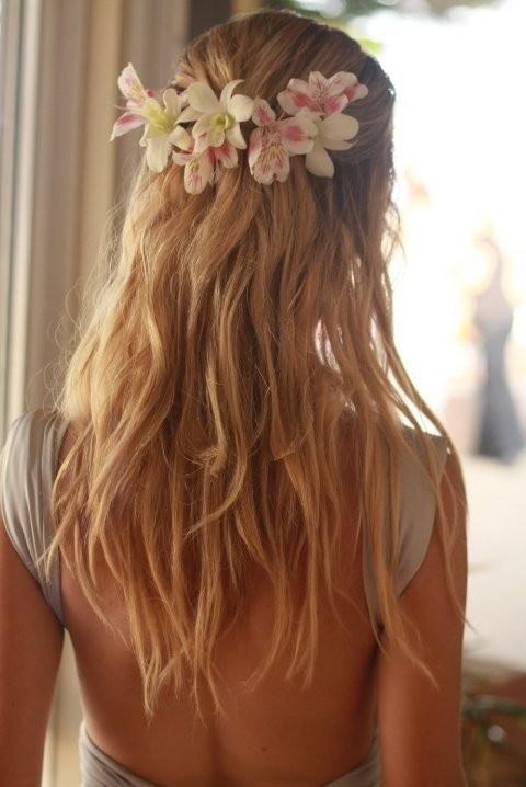peinado suelto con flores