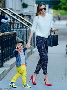 niño pantalon amarillo